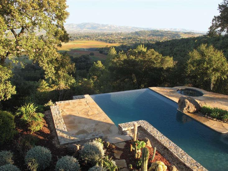 Una piscina en una finca de Napa Hills, por Scott Lewis Landscape Architecture.  Fotografía de Scott Lewis Landscape Architecture.