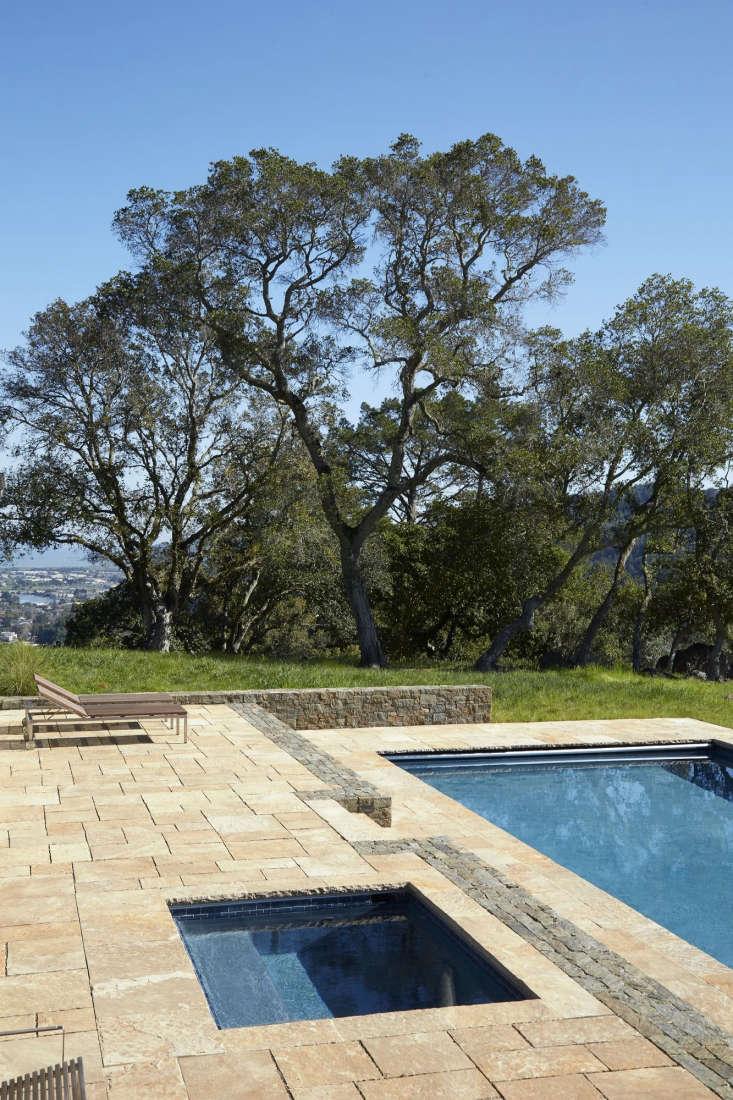 Una piscina y un spa en las colinas del condado de Marin, California, por Scott Lewis Landscape Architecture.  Fotografía de Bruce Damonte.