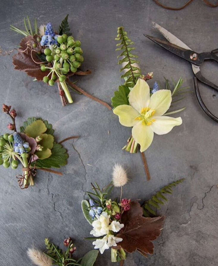 Poring over the effortlessly organic arrangements created by farmer and floral designerMandy O'Shea of @moonflower_design. She and her husband source all the flowers from their own 3 Porch Farm, along withorganicproduce.
