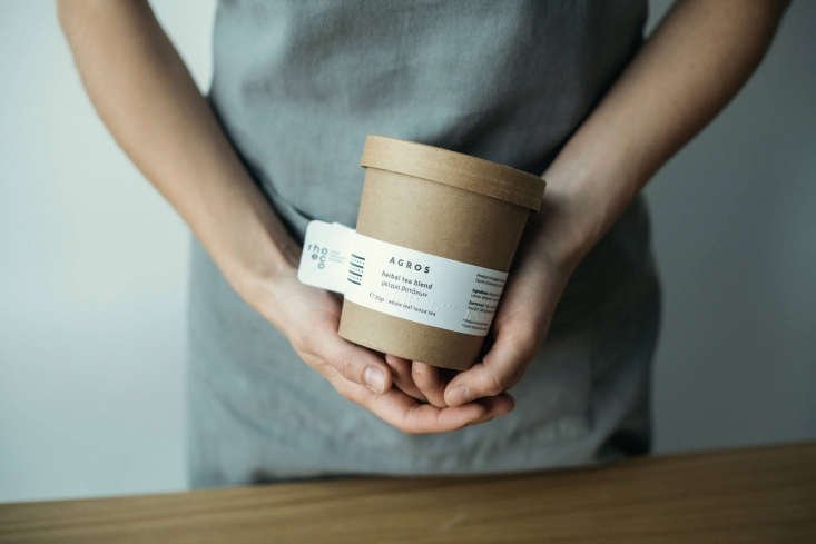 Rhoeco&#8\2\17;s tisanescomein reusable (and biodegradable)containers with a lining made of PLA (a cornstarch-based plastic). &#8\2\20;We discovered them at Biofach, the world&#8\2\17;s leading trade fair for organic food,&#8\2\2\1; says Katerina. &#8\2\20;It was instant crush.&#8\2\2\1;
