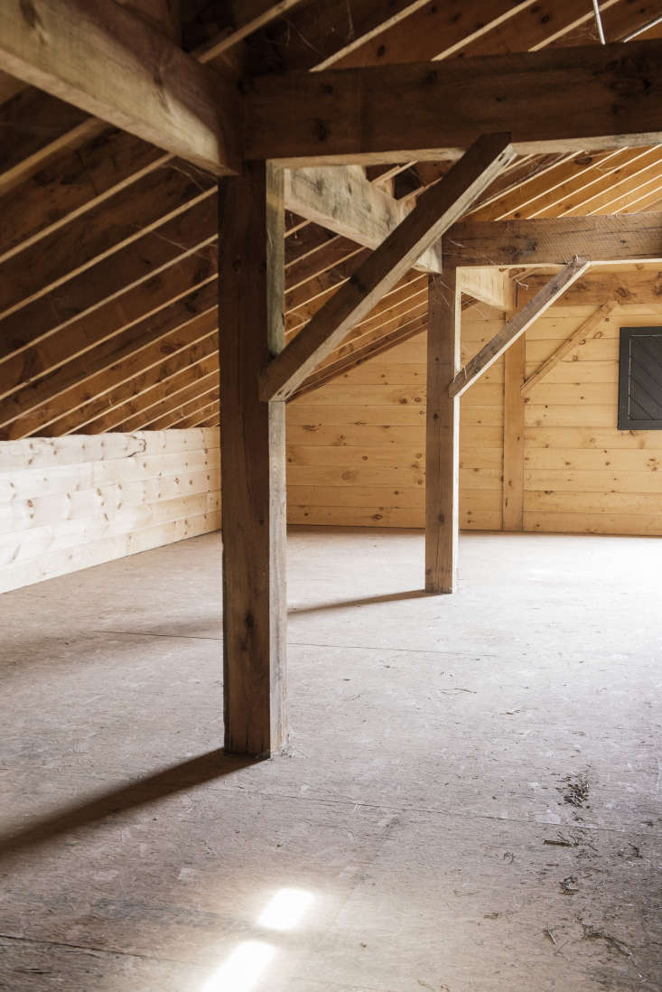 Hay is loaded directly into the loft by conveyor belt through the loft&#8\2\17;s upper doors. The hayloft floor is made oforiented strand board.