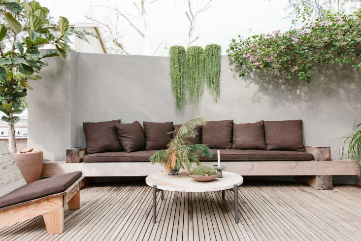 Tallcourtyard walls topped with planter troughs are a signature of the designers&#8\2\17; work (Ramin&#8\2\17;s LA garden also has courtyard walls, crowned with planters watered by drip irrigation). Oversized built-in seatingadds alived-in, layeredtexture to the intimate outdoor room.