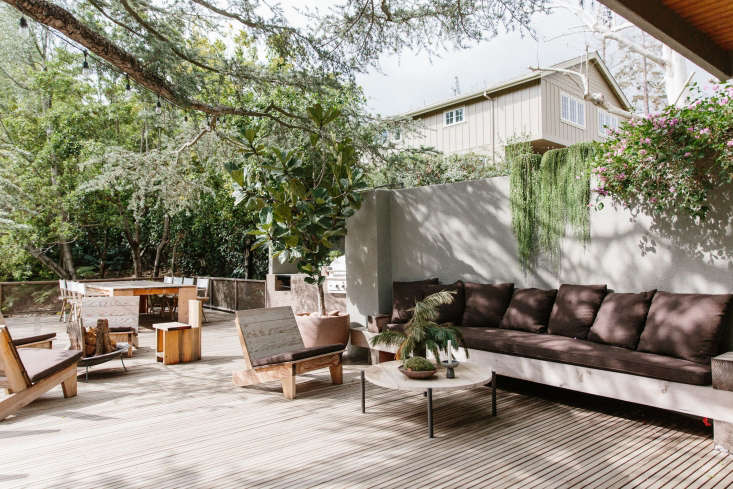 Neutral tones onthe patio createsa calm, unified oasis. Furniture by the Los Angeles artist John Williams anchors the space.