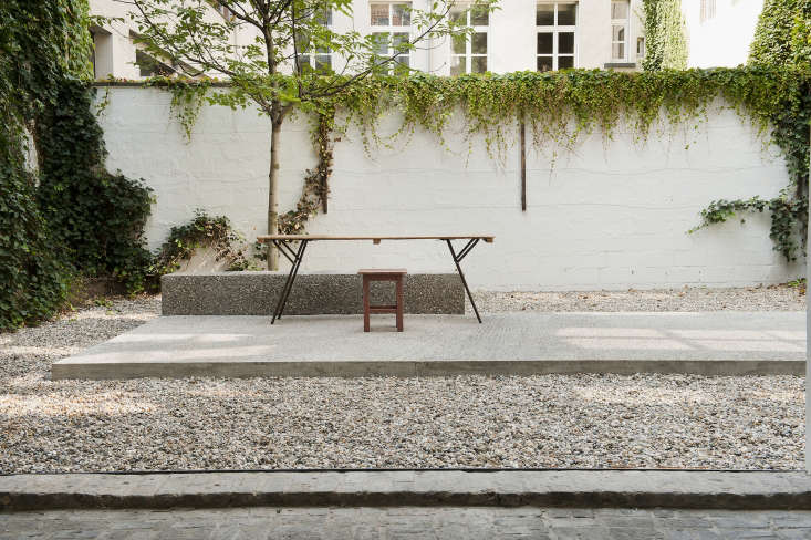 A concrete island stands in the middle of the gravel courtyard.Photograph courtesy of Verne.
