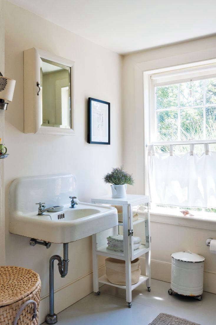 Does your cottage need a summer refresh? Here are \1\1 Ideas for Simple Seasonal Updates. Photograph by Justine Hand.
