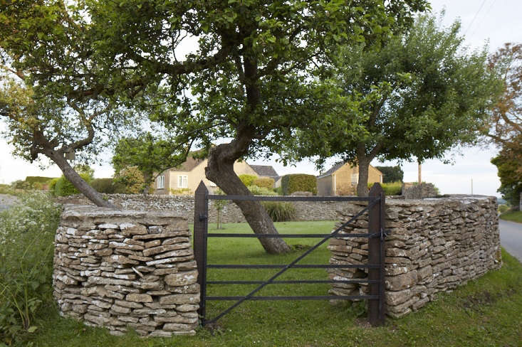 The walls are generally built only in areas where there are natural materials available; in England they are a familiar sight across the Cotswolds, Derbyshire, Yorkshire, and Scotland.