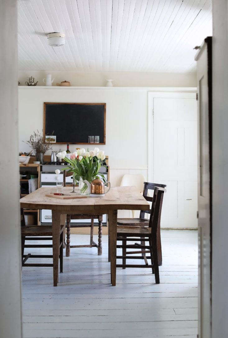 A schoolhouse chalkboard (available from restaurant supply stores) is one of the DIY kitchen secrets of a stealth design star in the Hudson Valley; see more in this week&#8\2\17;s Steal This Look post. Photograph by Justine Hand.