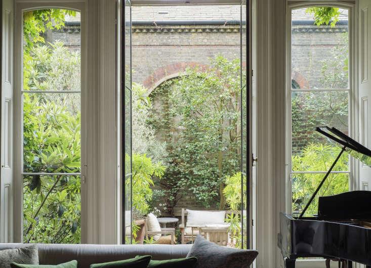London-based designer Rose Uniacke&#8\2\17;s roof garden enjoys full sun. Photograph by Matthew Williams for Gardenista.