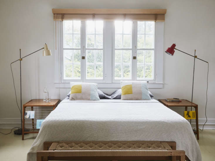 Colonial architecture enjoys a jolt from midcentury modern furnishings and &#8\2\20;nervy&#8\2\2\1; paint colors, writes Alexa. Photograph by Jonathan Hokklo for Remodelista, styling by Alexa Hotz.