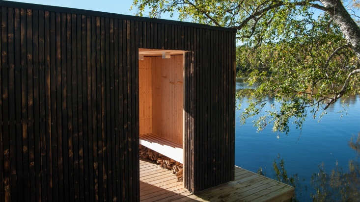 The sauna&#8\2\17;s exterior walls, inspired by the Japanese tradition of shou sugi ban, are clad in charred fir panels. The burnt surface weather- and pest-resistant.