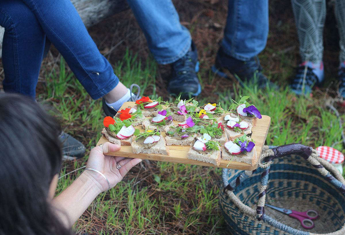 Forage picnic with Roushanna Gray and Justin Williams by Marie Viljoen