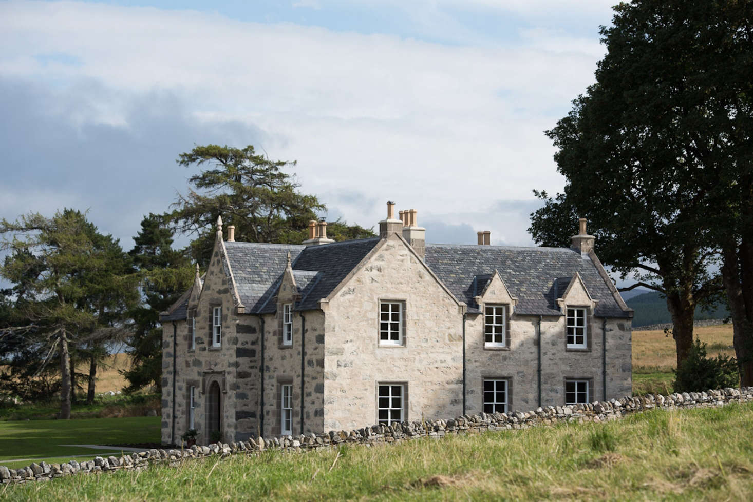 The main farmhouse dates to 00; the owner commissioned architectNicholas Groves-Raines, a specialist in refurbishing old buildings, to bring the structure into the