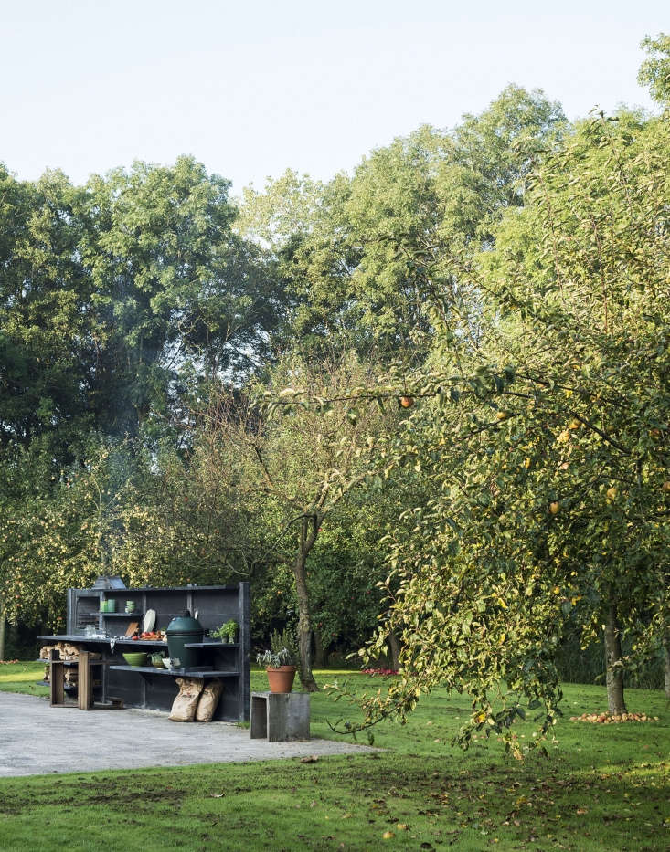 WWOO outdoor kitchen units also are available in a dark anthracite finish.