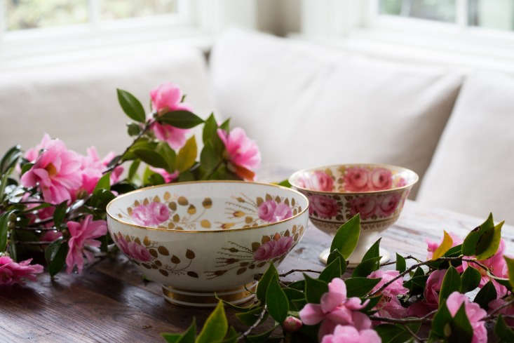 To make side-by-side arrangements, I chose two bowls of different sizes, both painted with roses and edged in gold.