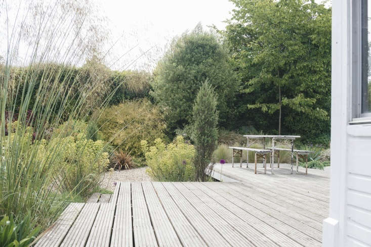 A midcentury house in England gets a California vibe thanks to a gravel garden and large minimalist deck. Photograph by Jethro Marshall, from Before & After: An Airy Gravel Garden for a Midcentury British House in West Dorset.