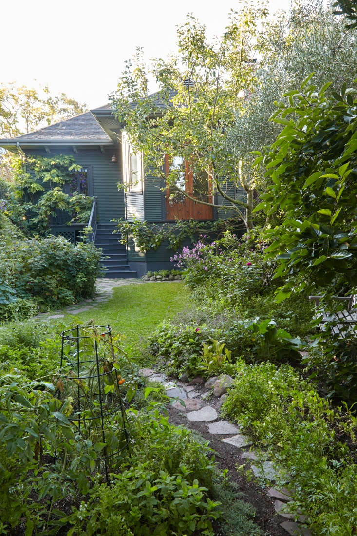 The perfect paint color to complement the wild purple and plum color palette in Alice Waters&#8\2\17;s garden?Farrow and Ball&#8\2\17;sCarriage Green is on the facade, with dark gray trim.