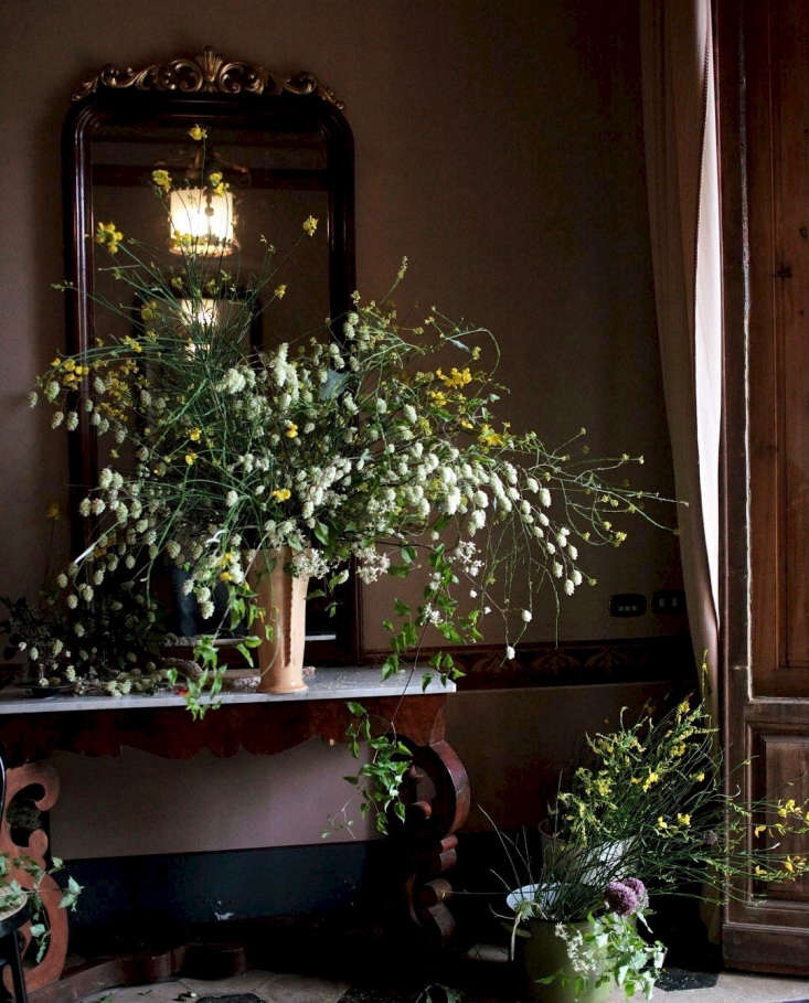 Foraged branches from nettle tree are transformed into a voluptuous floral arrangement by LA-based florist Sophia Moreno-Bunge of Isa Isa Floral. Photograph via@wafflesoph.