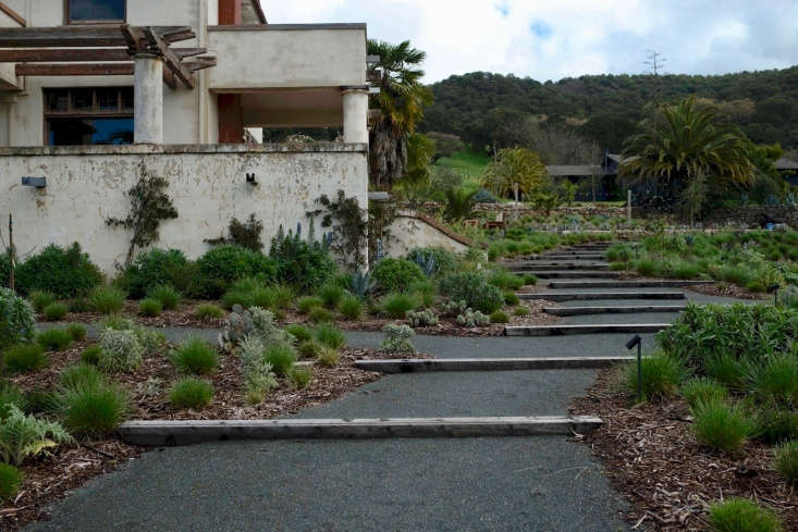 A gentle slope, paved in gravel, leads to the hacienda&#8