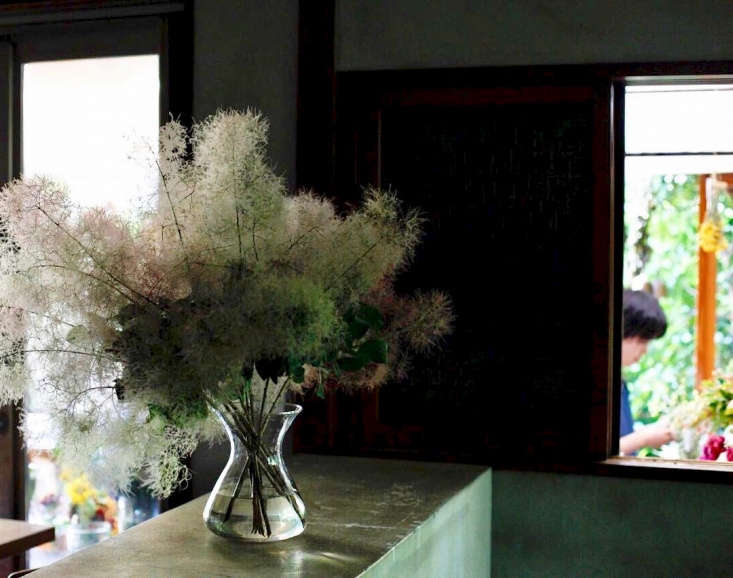 Branches of smoke bush create a hazy, cloudy atmosphere in a floral arrangement by Tokyo-based floristIki Yukari at the Little Shop of Flowers. See more of her arrangements at@thelittleshopofflowers.