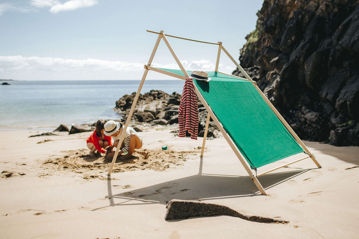 Belle-Île is the best design for maximum protection from the wind and sun, notes the company. It weighs about 7 kg ( pounds), and it can be assembled in about four minutes. It&#8