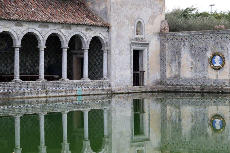 A loggia at Quinta daBacalhôa overlooks a Moorish water tank. Photograph by Theo França via Flickr.