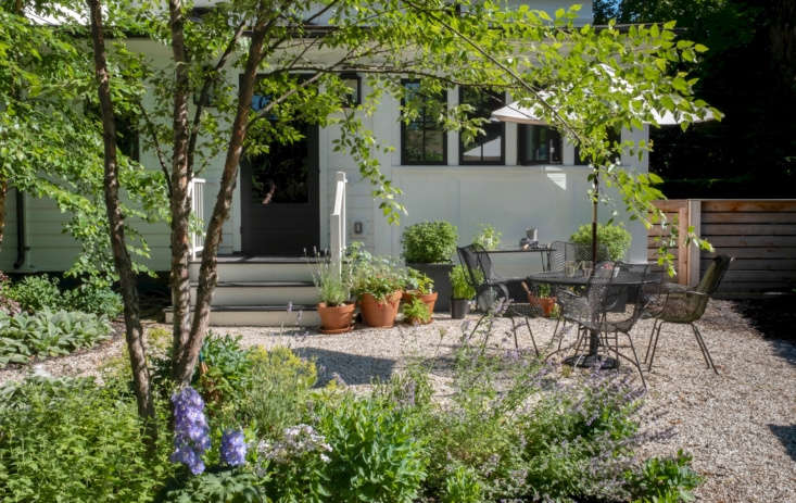 Pea gravel provides the perfect flooring for al fresco dining. Photograph by Alison Engstrom, fromEvening Light: A Painter&#8