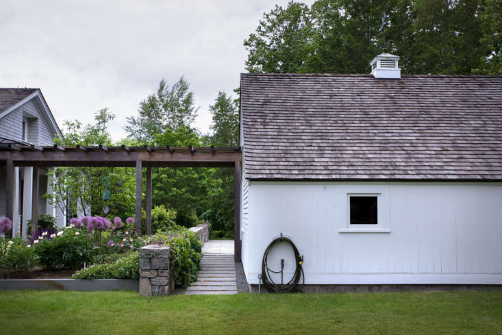 The outbuilding architecture on a Concord, Massachusetts, property pays homage to the area&#8