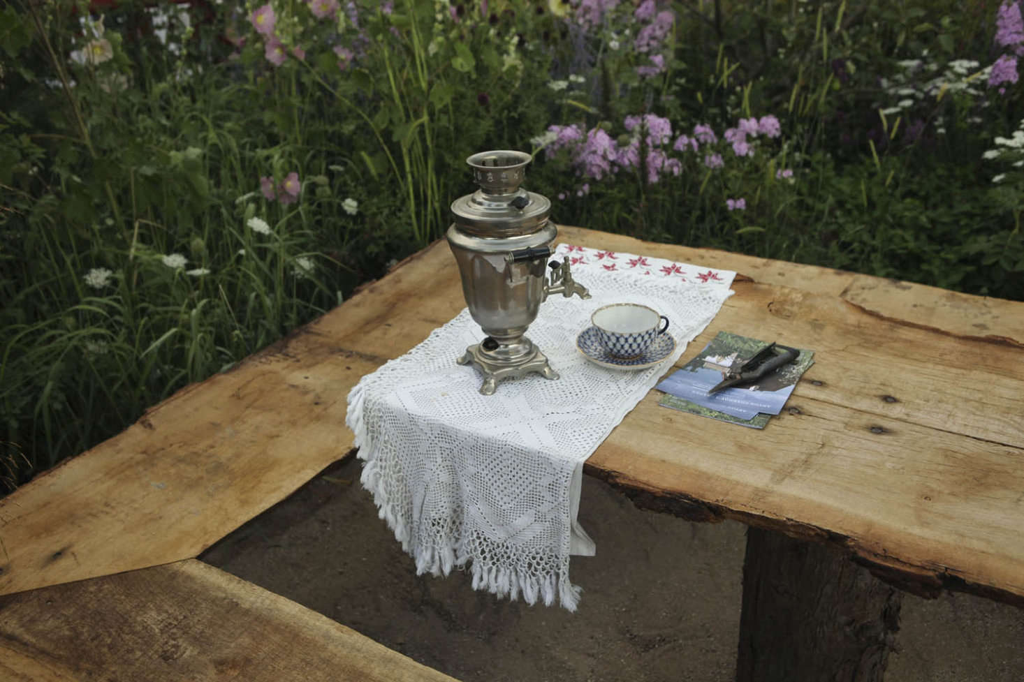 A samovar surrounded by a three-sided bench, similar to furniture recorded in Chekhov&#8