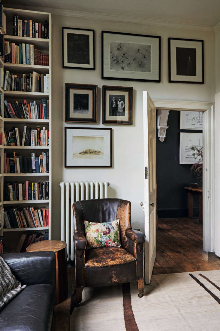 In aback parlor's wooden table next to the vintage leather armchair is an oak work box, a childhood present made forWorld of InteriorsphotographerJan Baldwin, by her father.