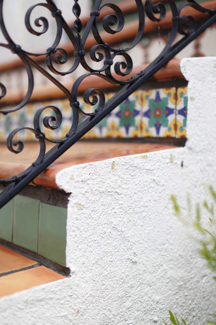 Home Depot add curb appeal to stucco house with Behr Paint