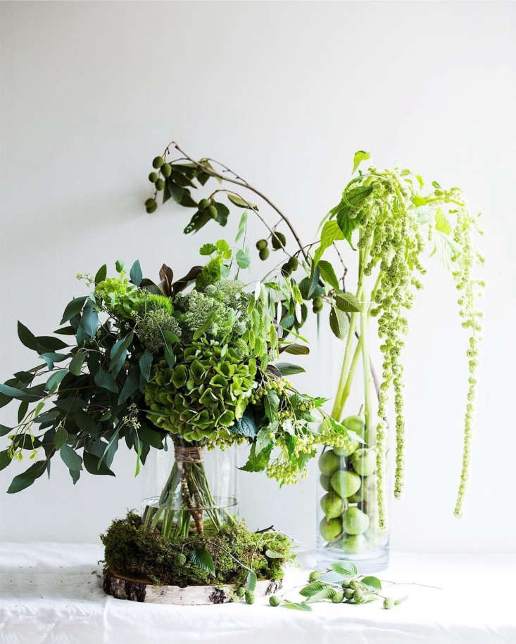 Shades of chartreuse, with hydrangeas, amaranth, Queen Anne&#8\2\17;s lace, moss, and summer berries. Photograph @nonihana.
