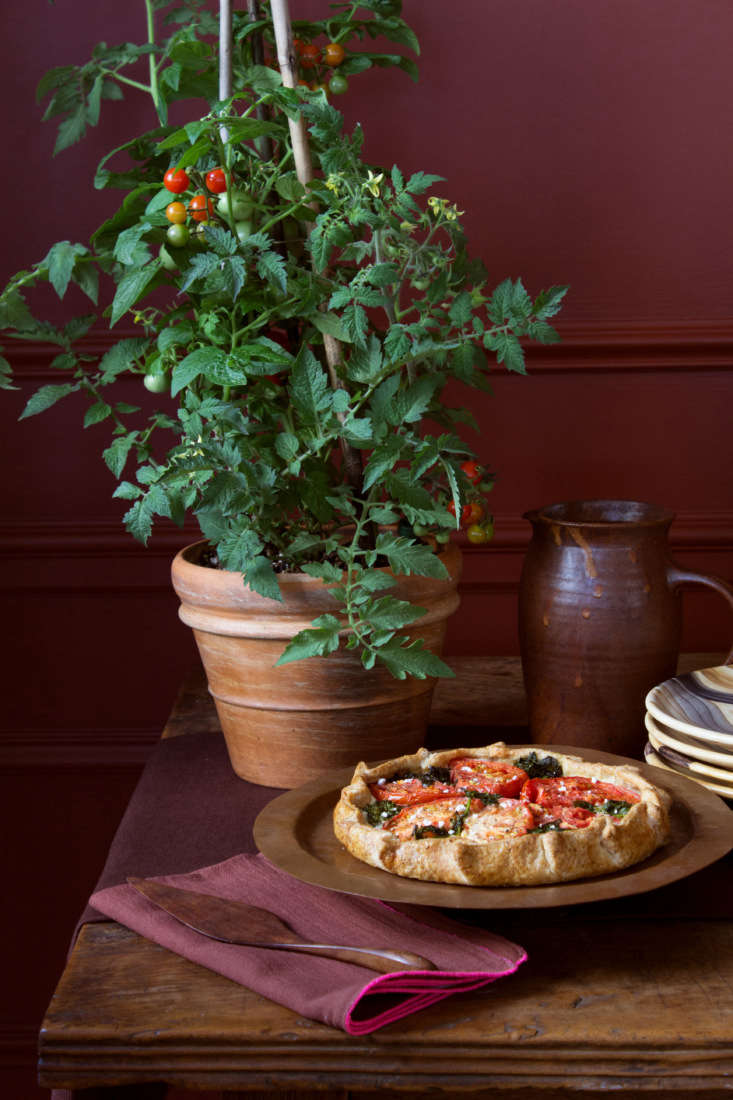 &#8\2\20;Justrepurpose a plant from your patio garden as decor,&#8\2\2\1; recommends Stark. On the menu is a tomato galette from Colson Patisserie in Brooklyn. And for a fitting tomato-red backdrop, the walls are painted in Benjamin Moore&#8\2\17;s Red Rock.