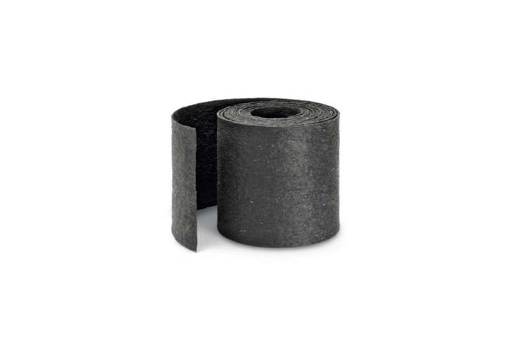 A simple 3-millimeter-thick Rubber Edging Strip is made of heavy recycled rubber and designed for separating beds, paths, and lawns (but not for separating different heights); €.80 at Manufactum.