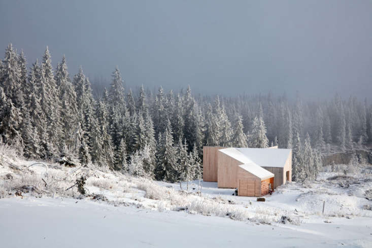 The cabin sits at the edge ofMylla Lake, an hour&#8\2\17;s drive north of Oslo.