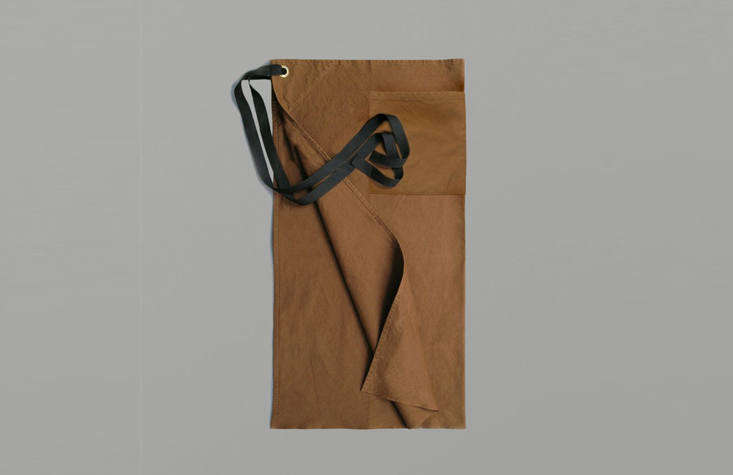 A Pocket Waist Apron in sturdy cotton duck has brass eyelets and a divided pocket, and is suitable &#8