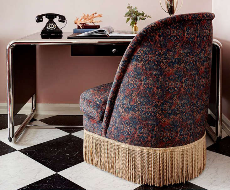 A fringed lounge chair, one of the Remodelista editors&#8