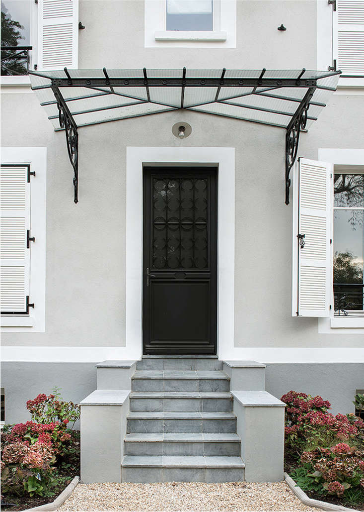 Designer Philippe Harden prefers Off-Black for exterior trim and doors, as seen here on a project in Vaucresson, a western suburb of Paris.
