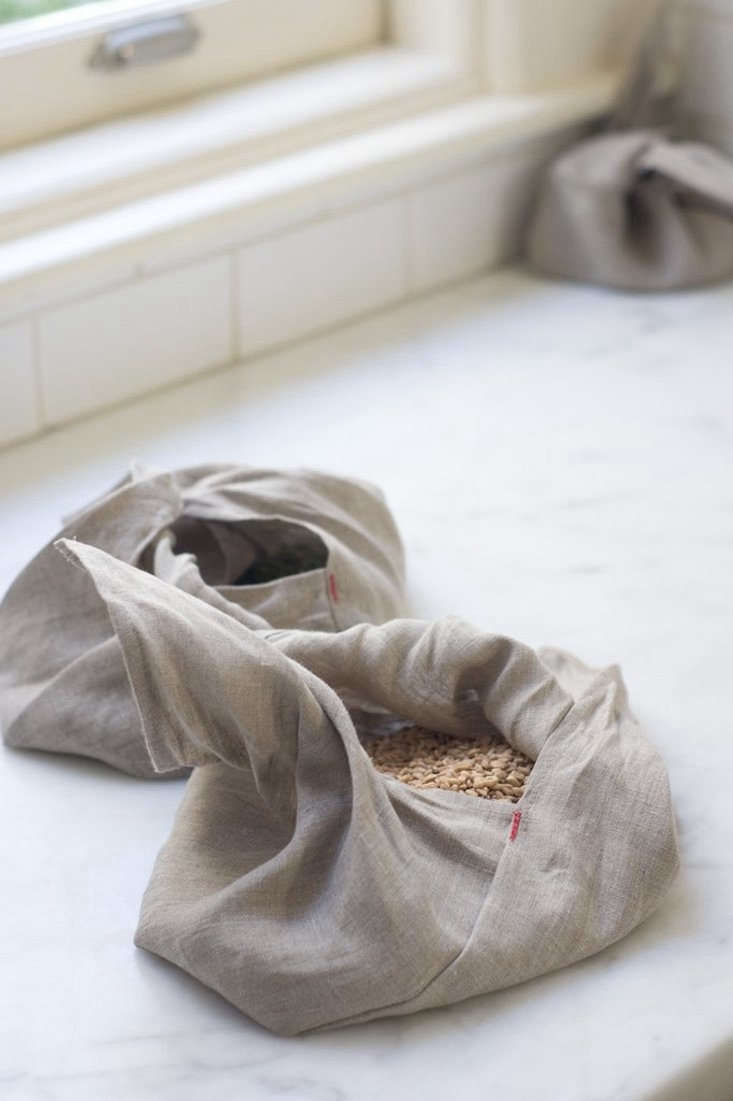 We&#8\2\17;re longtime fans of theAmbatalia Linen Bento Bags. You can wrap up fruit, vegetables, nuts, bread, or crackers and tying it with a knot at the top keeps everything more secure than you might a linen sac could; \$\24 for the large bags at Ambatalia. (Photograph from Quitokeeto.)