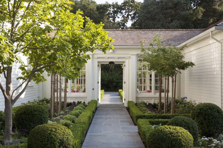 """San Francisco-based architect Ken Linsteadt used Benjamin Moore White Dove (OC-\17) for this Bay Area home. """"The color is fresh and crisp, yet soft enough to complement the surrounding gardens."""" Photograph by Paul Dyer for Ken Linsteadt Architects; landscape architect Denler Hobart Gardens, from \10 Easy Pieces: California Architects&#8\2\17; Exterior Paint Picks."""