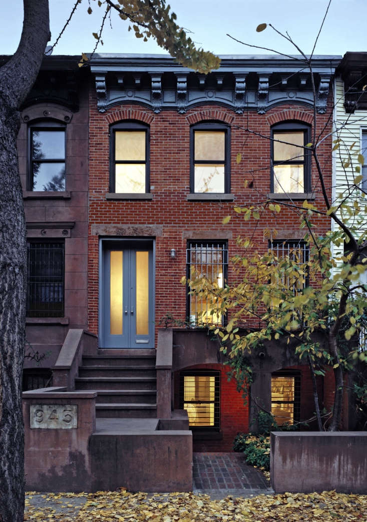 &#8\2\20;In our exterior work, we tend to showcase the natural colors of materials—red brick, gray concrete, rusty Corten steel—and leave the painted portions as a neutral backdrop,&#8\2\2\1; says Brooklyn firm Delson or Sherman Architects. &#8\2\20;That said, we occasionally make an exception.&#8\2\2\1; In Brooklyn&#8\2\17;s Prospect Heights, the architects chose Benjamin Moore&#8\2\17;s Hearthstone (\160\1)for the trim work. The cool blue-gray &#8\2\20;amplifies the warm tones of brick and brownstone,&#8\2\2\1; they say. &#8\2\20;This is a classic pairing you find all over the South, thought it&#8\2\17;s less common in Brooklyn.&#8\2\2\1;
