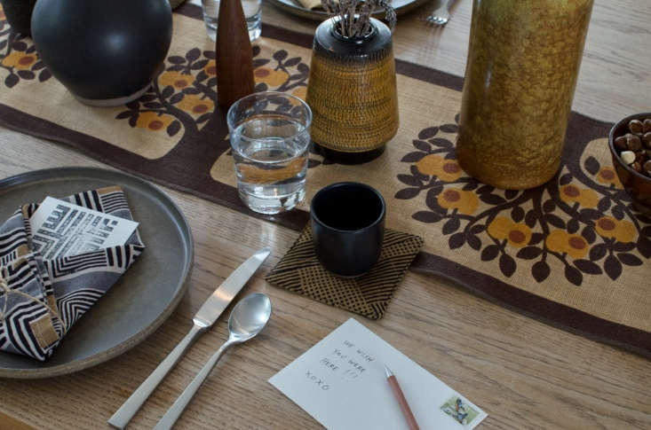 &#8\2\20;Use a variety of textures to help create the natural vibe. Think soft napkins on a nubby runner and a lava glaze vase next to a smooth carafe.&#8\2\2\1;
