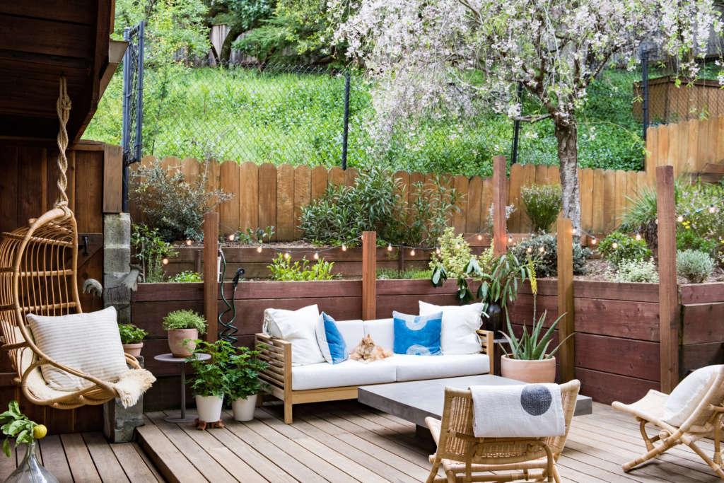 A Garden-Side Outdoor Living Space